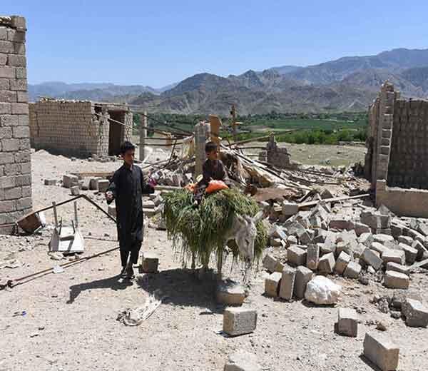 शदल बाजार येथे दुकानांतील ढिगा-यावर अफगानी मुले.... - Divya Marathi