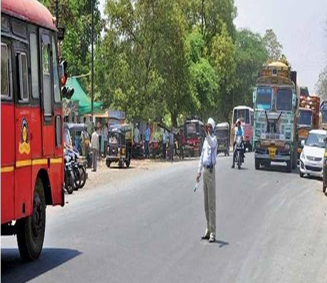 तप्त उन्हात दुपारी वाजता प्रभात चौफुलीवर कार्य बजावताना वाहतूक पोलिस. - Divya Marathi