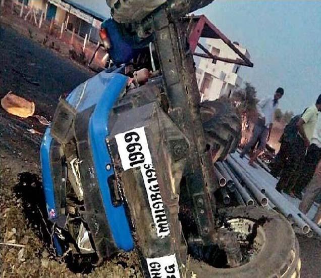 पाळधी-नेरी रस्त्यावर ट्राॅलीसह कलंडलेला ट्रॅक्टर. - Divya Marathi