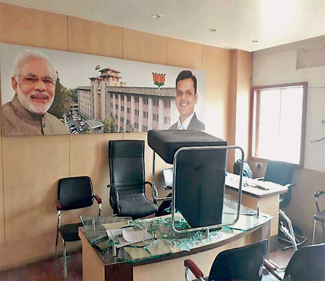 पुणे महापालिकेतील सभागृह नेत्यांच्या दालनात भाजप कार्यकर्त्यांनी ताेडफाेड केली. - Divya Marathi