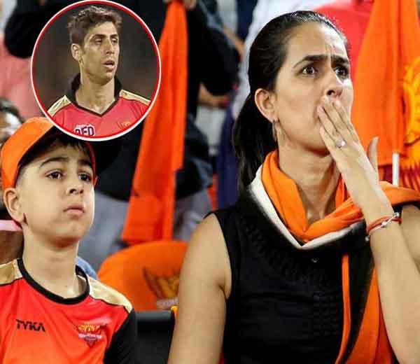 पंजाब आणि हैदराबाद मॅचमध्ये अशिष नेहराची पत्नी रुशमा मुलगा आरुषसमवेत... - Divya Marathi