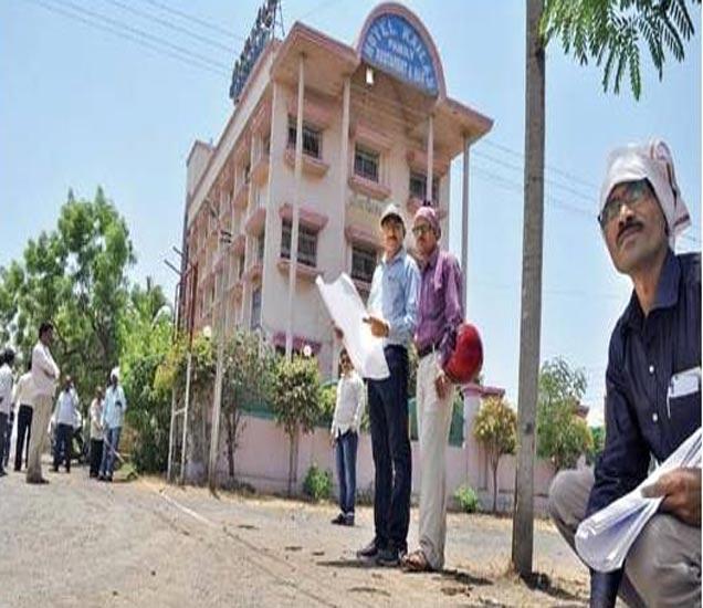 पालिकेच्या पथकाने सोमवारी बायपासवर मार्किंग केली. - Divya Marathi