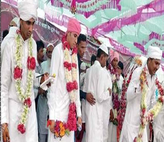 सामूहिक विवाह सोहळ्यात सहभागी झालेले वर आणि वऱ्हाडी. - Divya Marathi