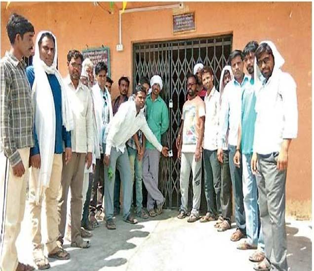 शिरजगाव मोझरी ग्रामपंचायतीला गावकऱ्यांनी कुलूप ठोकले. - Divya Marathi