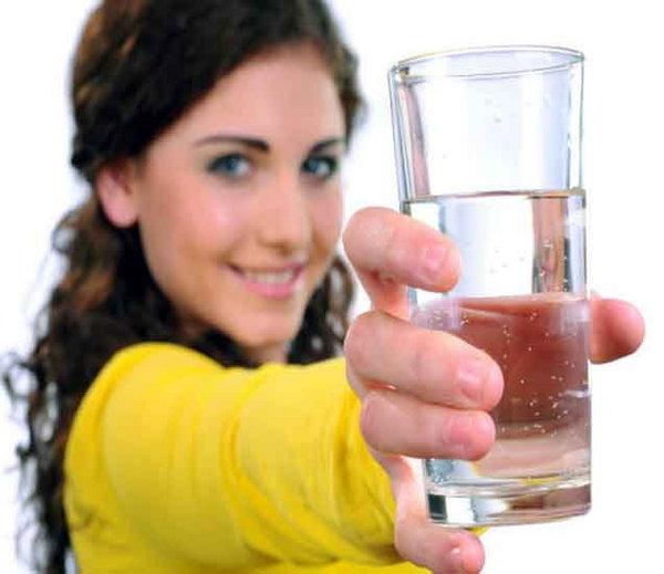 फ्रिजमधील गार पाणी प्यायल्याने होतात मोठे दुष्परिणाम, अवश्य वाचा...|जीवन मंत्र,Jeevan Mantra - Divya Marathi
