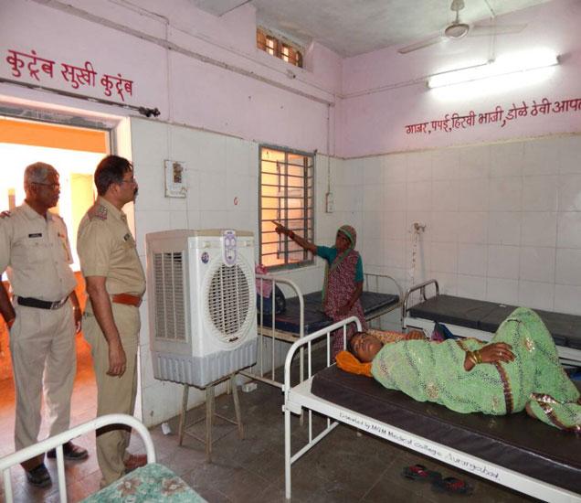 वेरूळ येथील रुग्णालयातील गैरसोयी जाणून घेताना पोलिस निरीक्षक भुजंग. (छाया- वैभव किरगत) - Divya Marathi