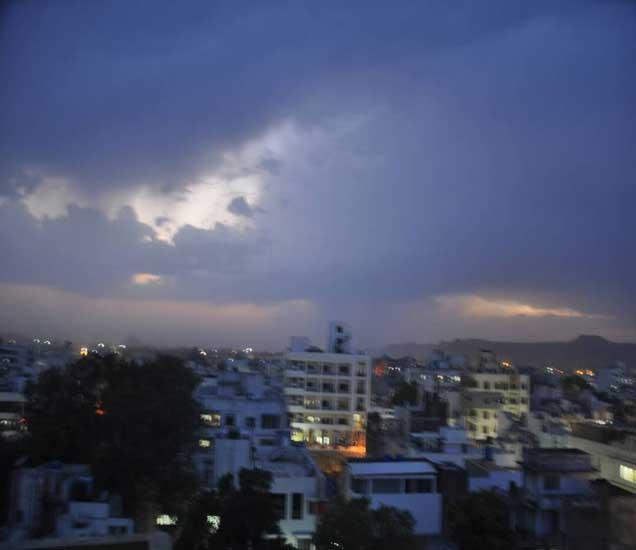 औरंगाबादेत संध्याकाळी दाटून आलेले ढग. - Divya Marathi