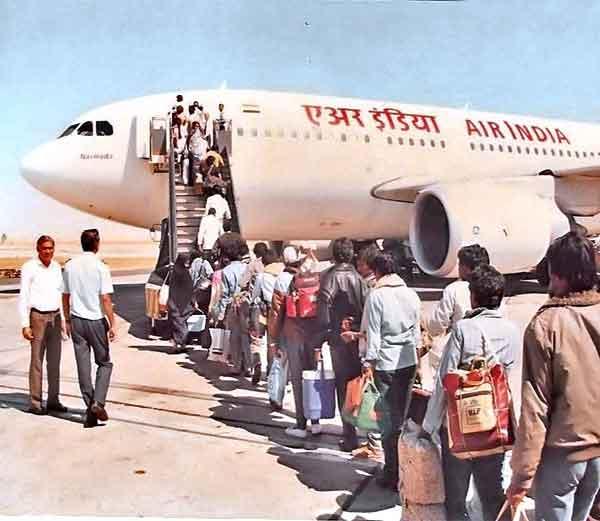 आखाती युद्धाच्या दरम्यान अम्मान येथे एयर इंडियाच्या फ्लाईटमध्ये चढताना भारतीय.... - Divya Marathi
