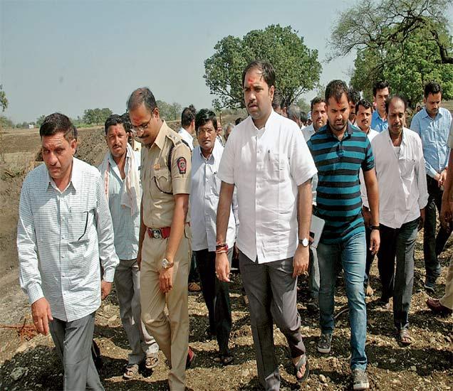 मुख्यमंत्री देवेंद्र फडणवीस यांच्या लातूर दौऱ्याच्या पार्श्वभूमीवर पालकमंत्री संभाजी पाटील निलंगेकरांसोबत वरीष्ठ अधिकाऱ्यांनी मंगळवारी भरउन्हात पायपीट केली. - Divya Marathi