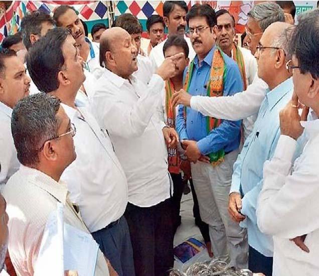 आमदार शिंदे भाजप केमिस्ट पदाधिकाऱ्यांमध्ये सुरू असलेला वाद. - Divya Marathi