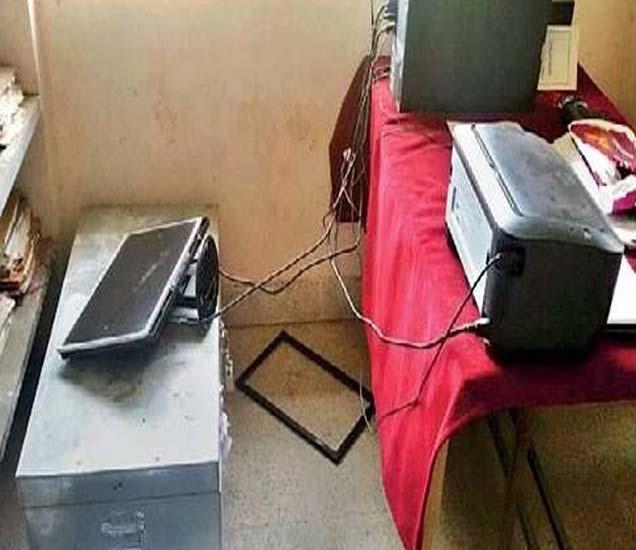 नगरसेविकेच्या पतीने यवतमाळ येथील नगरपालिका कार्यालयातील साहित्याची अशी तोडफोड केली. - Divya Marathi