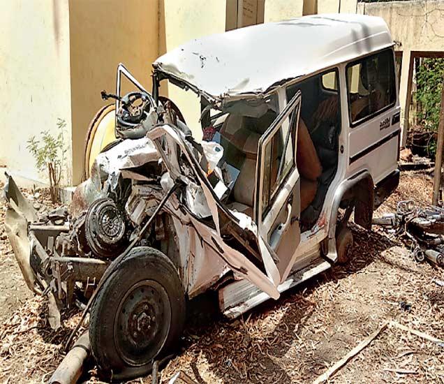 आैरंगाबाद -नगर महामार्गावरील धनगरवाडी शिवारात बोलेरो जीप व ट्रकच्या भीषण अपघातानंतर बाेलेराे जीपची अशी अवस्था झाली हाेती. - Divya Marathi
