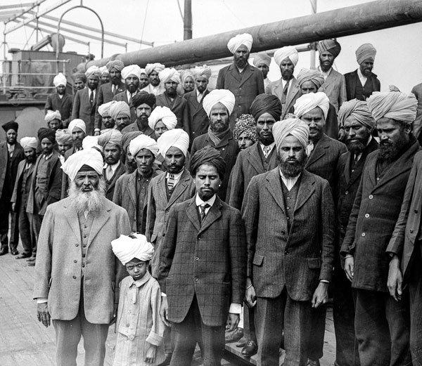 जहाजमधील प्रवाशांसोबत उभे असलेले चळवळीचे आयोजक गुरदीत सिंह संधू (समोरुन डावीकडे) - Divya Marathi