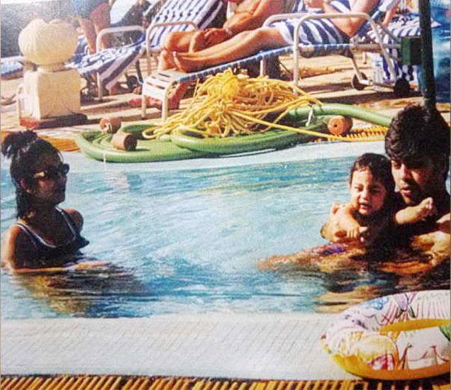 'कुछ कुछ होता है' च्या शुटिंगदरम्यान शाहरूख खानची पत्नी आणि मुलगा आर्यनसह करण जोहर. - Divya Marathi