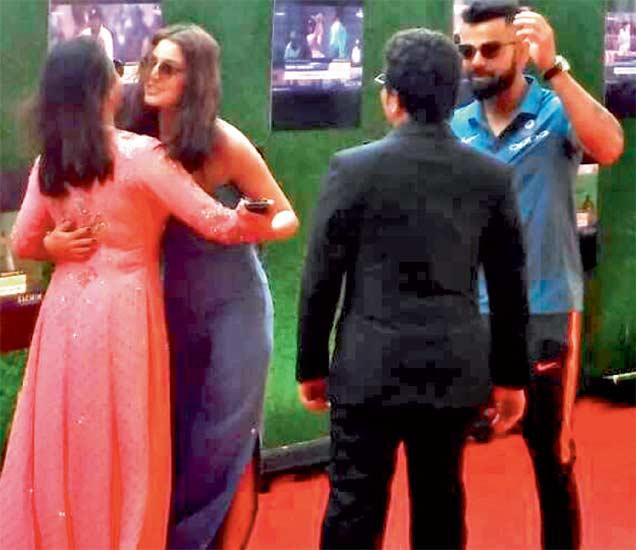 चॅम्पियन्स ट्रॉफीला रवाना होण्यापूर्वी टीम इंडियाने सचिनचे बायोपिक 'सचिन : ए बिलियन ड्रीम्स' पाहिले. या वेळी कोहली आणि अनुष्काने सचिन-अंजलीची भेट घेतली. - Divya Marathi
