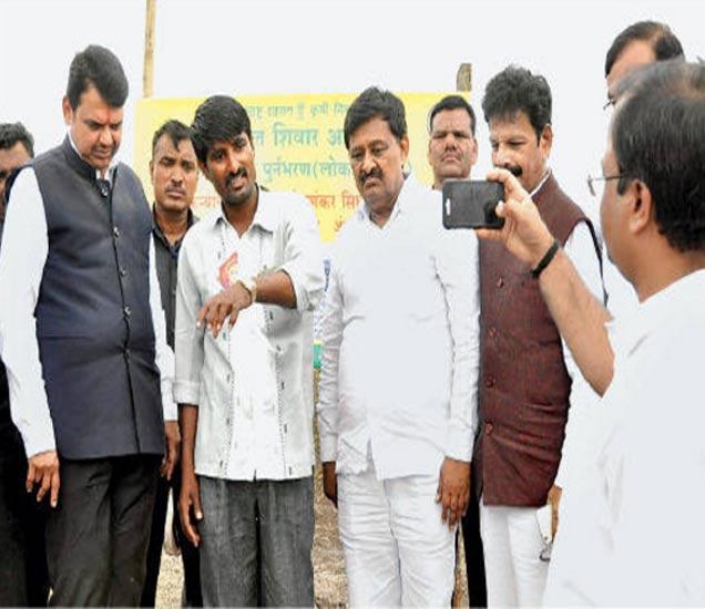 शेतकऱ्याने कूपनलिका पुनर्भरणाची माहिती दिली, मुख्यमंत्र्यांनी ती रेकॉर्ड करायला लावली - Divya Marathi
