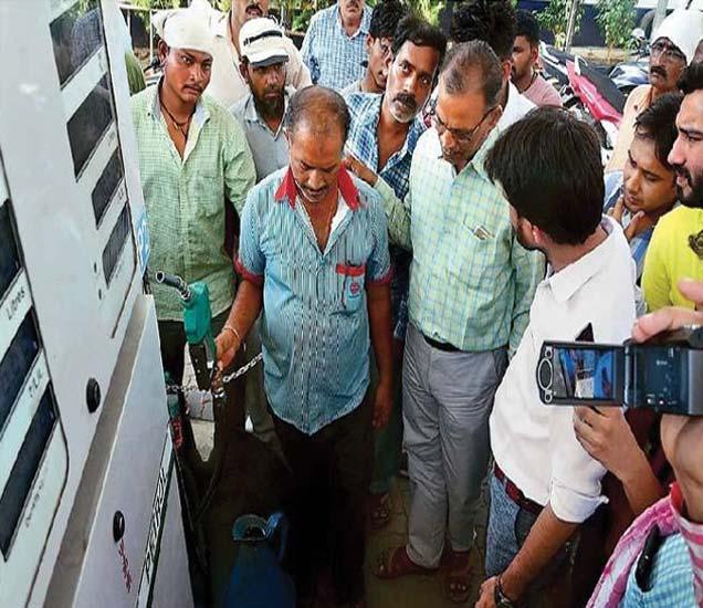 श्रीकृष्ण पेट्रोलपंपावर पाच लिटरच्या मापात भरलेले पेट्रोल तपासताना वजनमापे निरीक्षक सी.डी. पालीवाल ग्राहक. - Divya Marathi