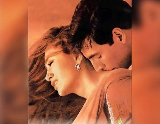 'जानवर' या सिनेमातील एका सीनमध्ये करिश्मा कपूर आणि अक्षय कुमार - Divya Marathi