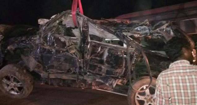 अपघातानंतर चक्काचूर झालेली स्काॅर्पिअाे गाडी क्रेनच्या साह्याने हटवण्यात अाली. - Divya Marathi