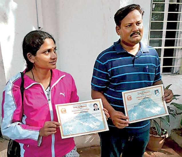 एव्हरेस्ट सर केल्याबद्दल नेपाळकडून मिळालेले प्रमाणपत्र पत्रकारांना दाखवताना तारकेश्वरी व दिनेश राठाेड. - Divya Marathi