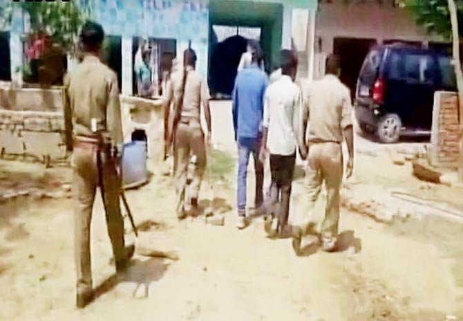 व्हिडिओ व्हायरल झाल्यानंतर पोलिसांनी दोन आरोपींना अटक केले. - Divya Marathi