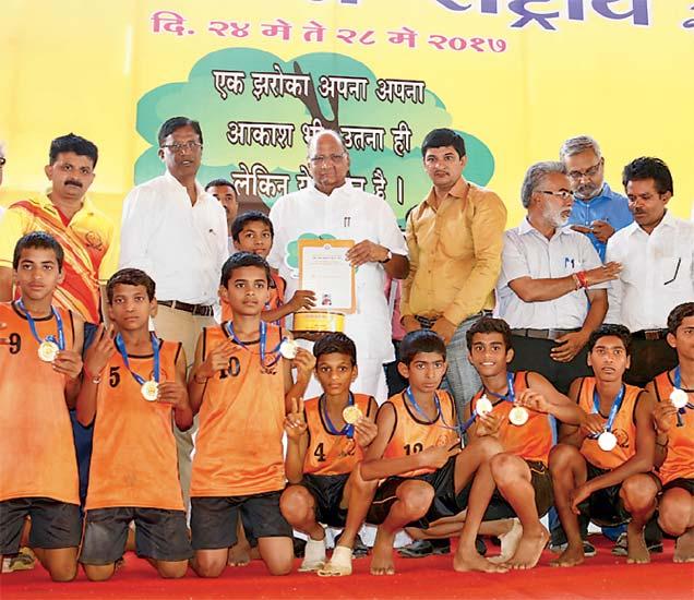 महाराष्ट्राच्या विजयी खेळाडूंसमवेत शरद पवार, औरंगाबाद संघटनेचे गोविंद शर्मा आदी. - Divya Marathi