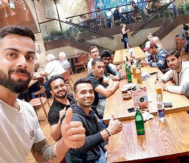 न्यूझीलंडविरुद्धच्या विजयानंतर टीम इंडियाच्या खेळाडूंची डिनर पार्टी - Divya Marathi