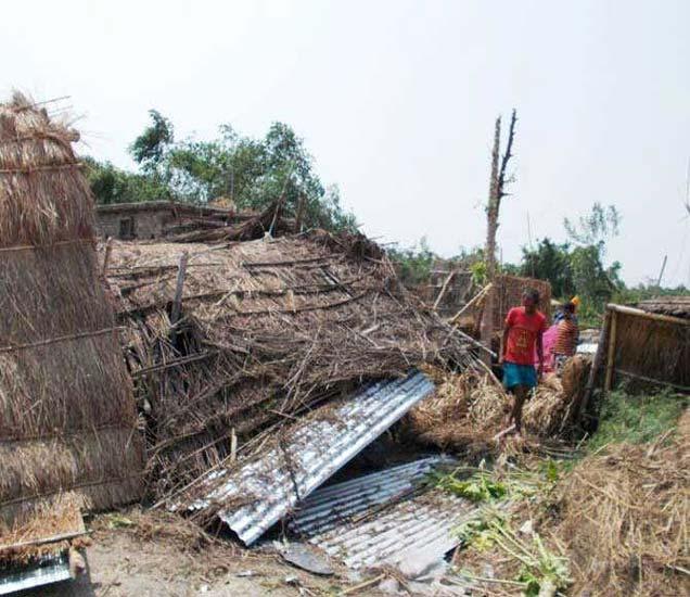 बिहारमध्ये जोरदार वादळवाऱ्यामूळे घरांचे असे नूकसान झाले आहे. - Divya Marathi