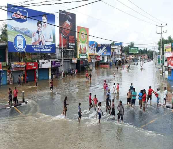 श्रीलंकेत मुसळधार पावसामुळे आलेल्या महापुरात आतापर्यंत 169 लोक मृत्यूमुखी पडले आहेत, तर 112 जण बेपत्ता झाले आहेत. - Divya Marathi