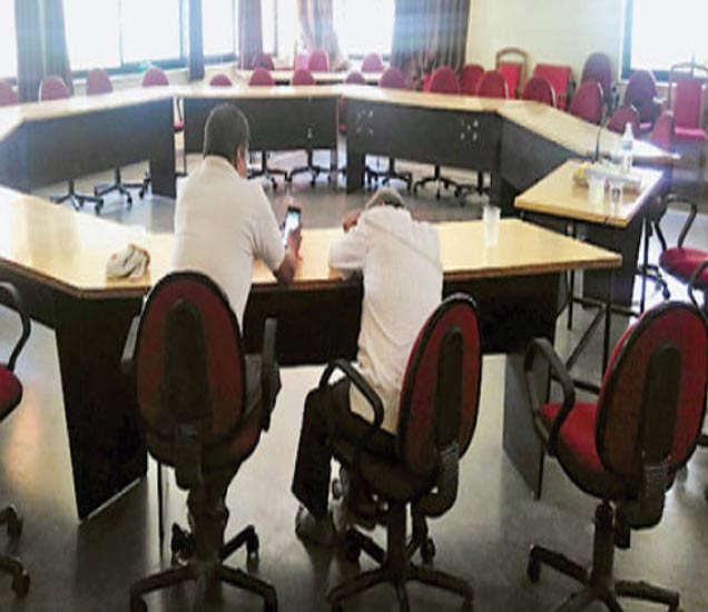 २८ मे रोजी दोघेच होते. एक जण मोबाइलवर होता, तर दुसरा झोपी गेला होता. - Divya Marathi