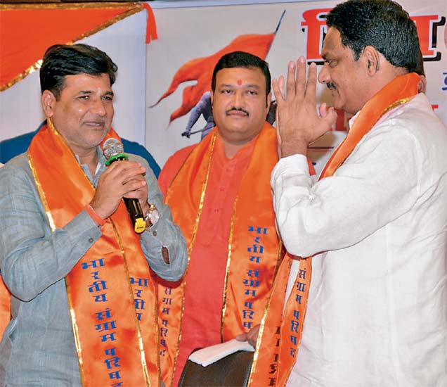 भारतीय संग्राम परिषद पक्षाचे संस्थापक अध्यक्ष अामदार विनायक मेटे यांनी अापल्या नव्या पक्षात माजी केंद्रीय मंत्री सुबाेध माेहिते यांचे स्वागत केले. - Divya Marathi