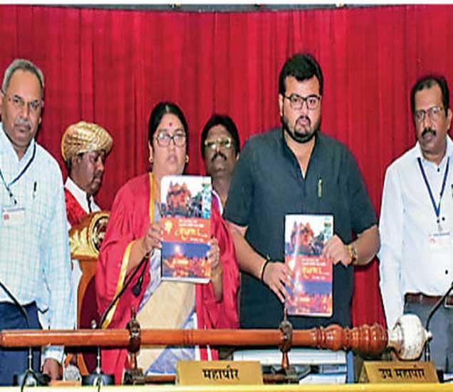 महासभेत साेमवारी महापालिकेचे अंदाजपत्रक स्थायी समितीचे सभापती शिवाजी गांगुर्डे यांनी सादर केले. - Divya Marathi