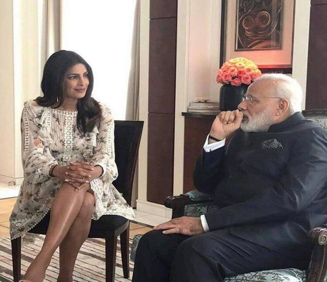 पंतप्रधान नरेंद्र मोदी यांच्यासोबत चर्चा करताना प्रियांका चोप्रा. - Divya Marathi