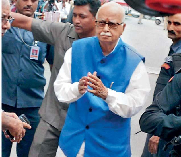 लखनऊच्या विशेष सीबीआय न्यायालयात हजर होताना ज्येष्ठ भाजप नेते लालकृष्ण अडवाणी. - Divya Marathi