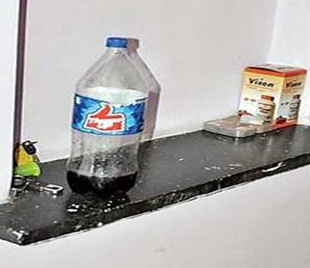 शीतपेय पिल्यानंतर चोरट्यांनी भिंतीवर ठेवलेली बाटली. - Divya Marathi