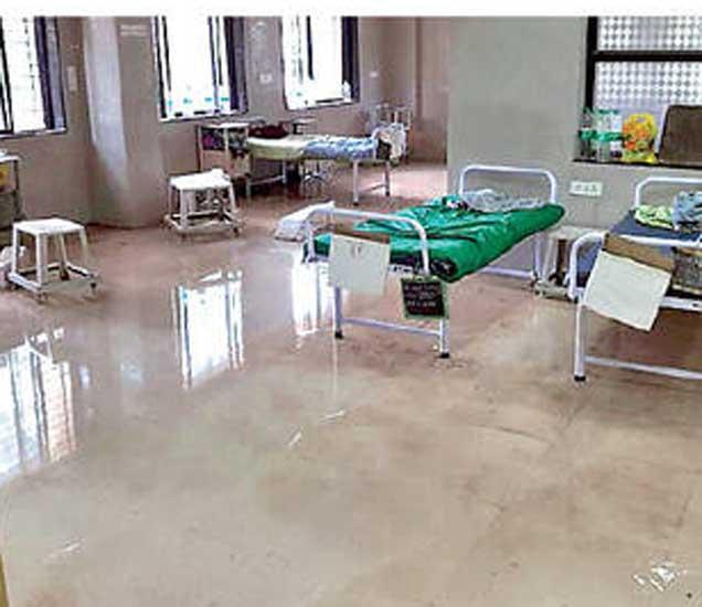 सिंहस्थ कुंभमेळा रुग्णालयात ड्रेनेजचे तुंबलेले पाणी शिरले. - Divya Marathi
