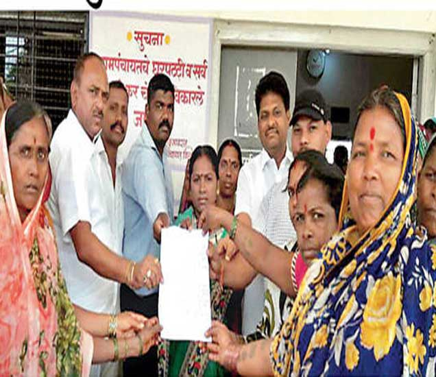 विल्होळी परिसरात दारूबंदी करावी या मागणीचे निवेदन महिलानी ग्रामपंचायत सरपंचांना दिले. यावेळी कुसूम डहाळे, इंदुबाई मधे, ताराबाई चारसकर, मंदाबाई शिंदे आदी. - Divya Marathi