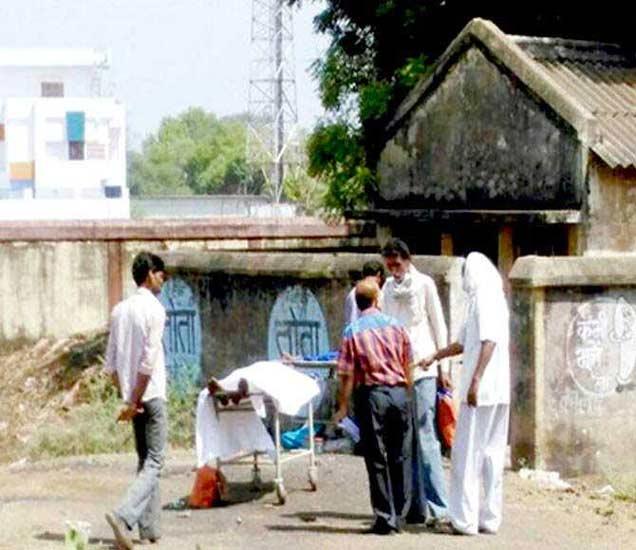 कुटुंबिंयासमोरच पोस्टमार्टम करताना गाडरवारा सरकारी हॉस्प्टिचे डॉक्टर. - Divya Marathi