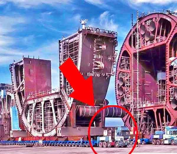अमेरिकेतील बरबॅंक ते पामडेलपर्यंत 1200 टनाच्या या ऑईल रिफायनरीचे पार्ट्सला ट्रकद्वारे ट्रान्सपोर्टेशन केले होते. (फोटो: फेब्रुवारी, 2005) - Divya Marathi