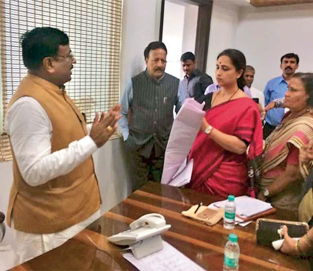 राष्ट्रवादी महिला काँग्रेसच्या प्रदेशाध्यक्षा चित्रा वाघ व इतर महिलांनी अर्थमंत्री सुधीर मुनगंटीवार यांची भेट घेऊन त्यांना निवेदन दिले. - Divya Marathi