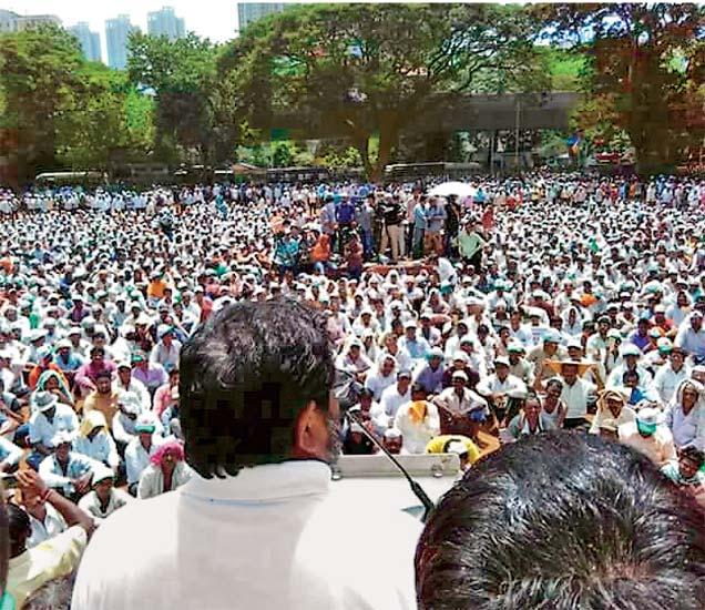 भायखळ्यात झालेल्या सभेत शेतकऱ्यांना मार्गदर्शन करताना राजू शट्टी. - Divya Marathi