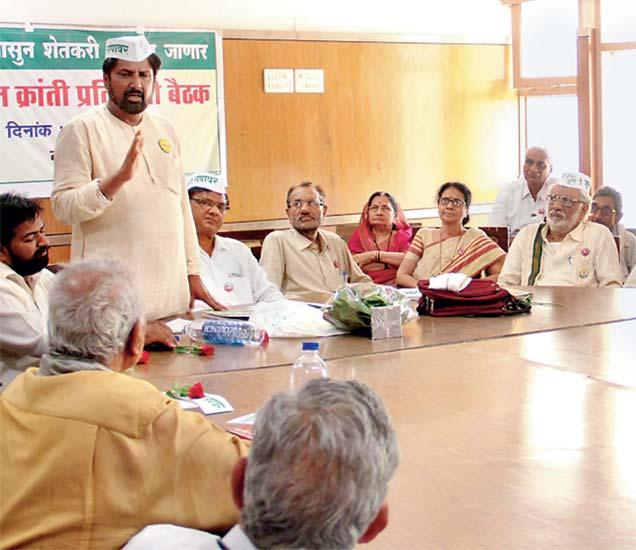 आमदार निवासात  किसान क्रांती संघटना व शेतकरी संघटनेच्या संयुक्त बैठकीत बोलताना किसान क्रांतीचे समन्वयक जयाजीराव सूर्यवंशी. - Divya Marathi