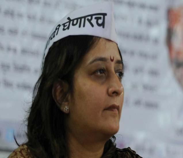 आपच्या प्रीती मेनन-शर्मा यांनी पंकजा मुंडेवर घोटाळ्याचे आरोप केले. - Divya Marathi