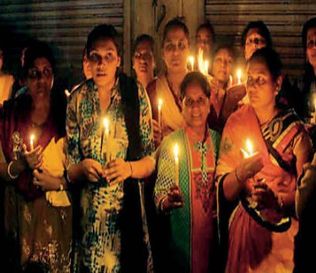 मखमलाबादराेडवरील दारू दुकानबंदीसाठी महिलांनी कँडल मार्च काढला हाेता. - Divya Marathi