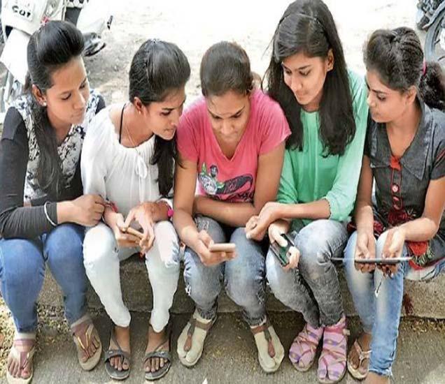बारावीच्या परीक्षेचा निकाल ऑनलाइन जाहीर झाल्यानंतर मोबाइलवर पाहताना विद्यार्थिनी. - Divya Marathi