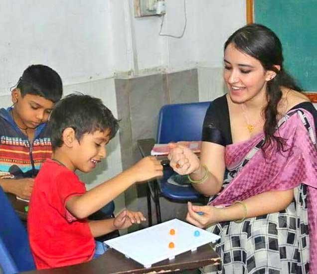 दोन वर्षापासून कोटा येथे तुर्कीची रहिवासी असलेली जुलेहा ही मतिमंद मुलांची देखरेख करत आहे. - Divya Marathi