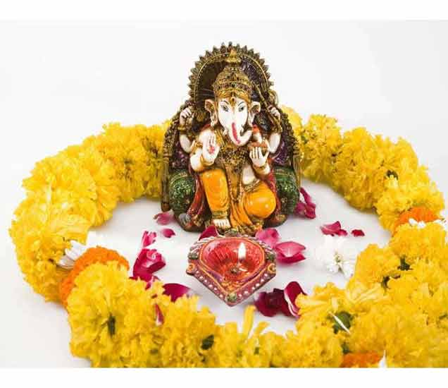 देवतांना घरात रोज अर्पण करावे फूल, यामुळे होतात मोठे फायदे...| - Divya Marathi