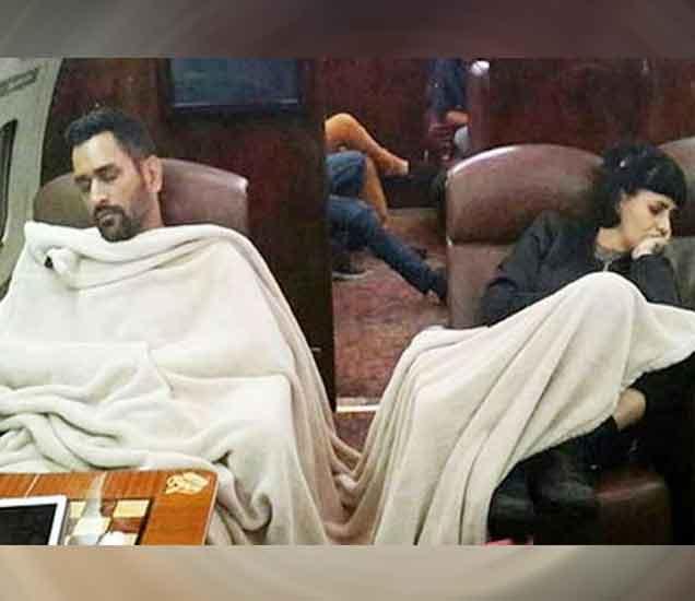 बसमध्ये झोपलेला धोनी. - Divya Marathi