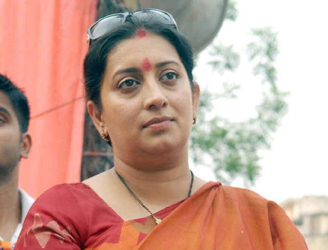 मोदी सरकारच्या कामगिरीची माहिती देण्यासाठी स्मृती इराणी सध्या गुजरात दौऱ्यावर आहेत. - Divya Marathi