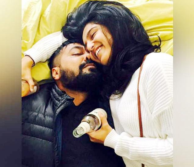अनुरागने त्याचा आणि शुभ्राचा हा फोटो शेयर केला आहे. - Divya Marathi